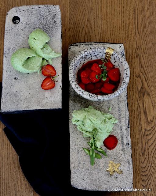 Nicht so süßes Dessert mit Erdbeeren