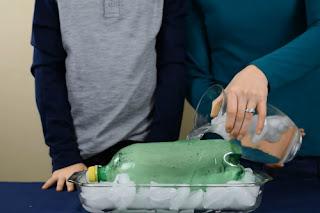 Percobaan Menghancurkan Botol dengan Es Batu