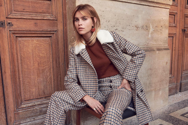 Девушка в пальто и брюках в клетку из одной ткани