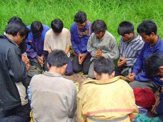 No Vietnã, os habitantes das montanhas vão rezar no meio do campo.