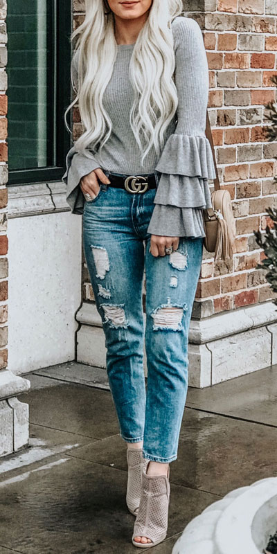 With summer collapsing into fall, dish out the blazers, berry lipsticks and layers. Have a look at these 24 Comfy and Goto Fall Fashion to Wear Everyday. Daily Style via higiggle.com | sweater | #falloutfits #fashion #sweater