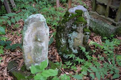 生坂村大日向の石仏 苔に覆われた石仏