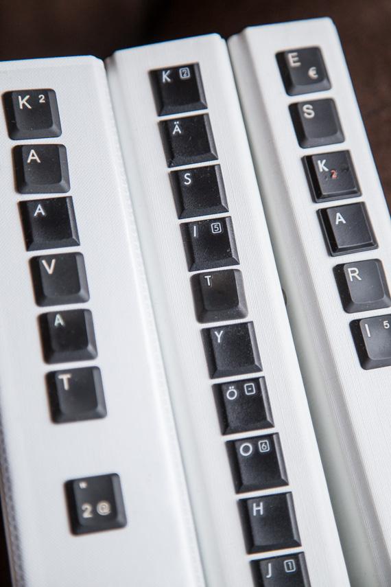Kansion selkämyksen teksti vanhoista tietokoneen näppäimistä