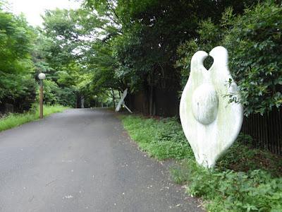鶴見新山 白いオブジェ
