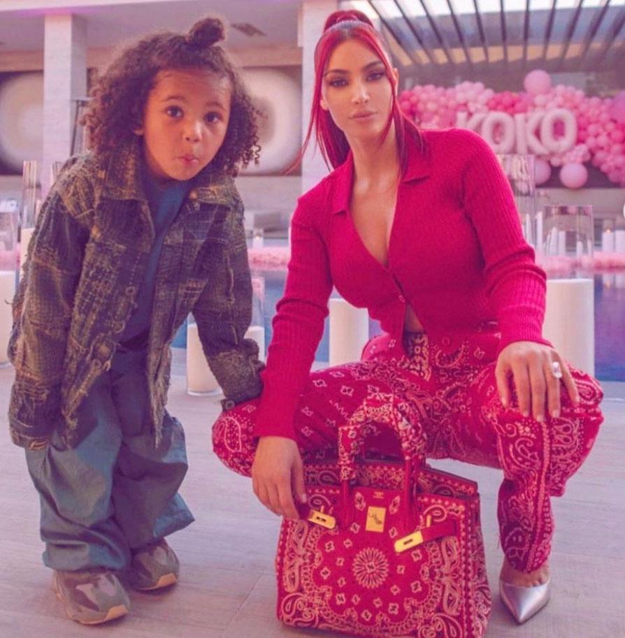 Kim Kardashian : किम कार्दशियन लाल बाल और मैचिंग आउटफिट दिखाती हुई