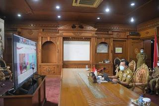 Gubernur Jambi Mendengarkan Arahan Presiden Peresmian OSS Secara Virtual