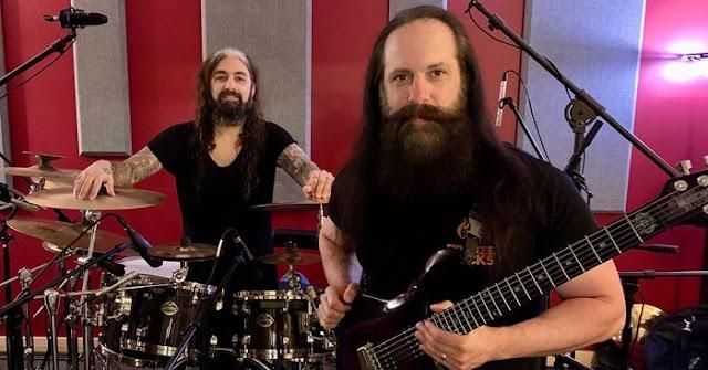 """John Petrucci (Dream Theater): """"Foi nostálgico gravar novamente com o Mike Portnoy."""""""
