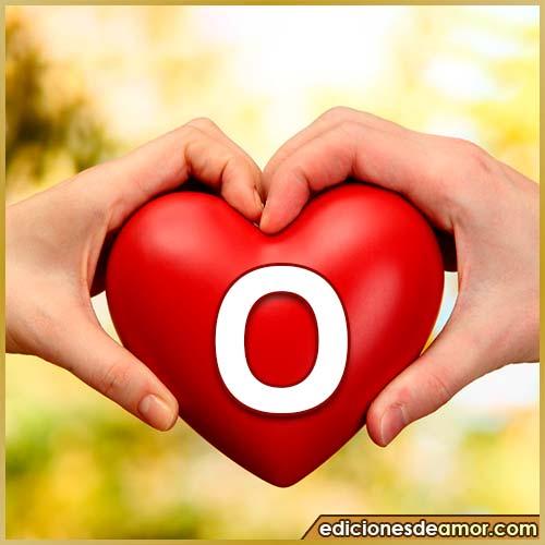 corazón entre manos con letra O