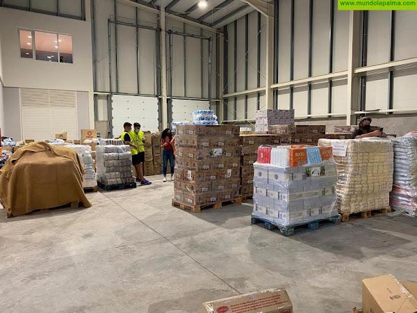 El Cabildo y los 14 ayuntamientos paralizan temporalmente la recogida de ropa y alimentos para las personas afectadas por el volcán