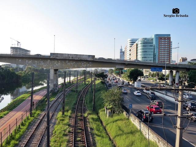 Vista ampla de trecho dos Trilhos da CPTM e da Marginal Pinheiros - Pinheiros/Butantã - São Paulo