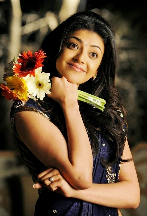Actress Kajal Cute pic in saree - Telugu heroines wallpapers download