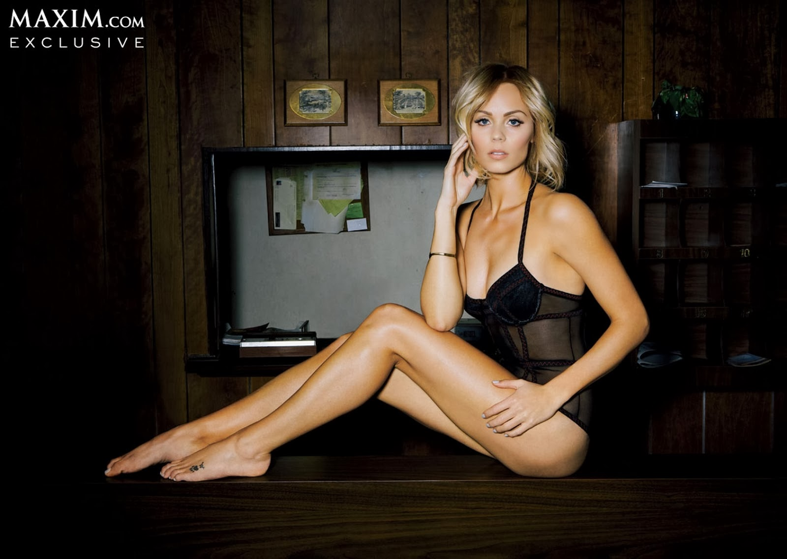 laura vandervoort in lingerie per il magazine Maxim cosce e piedi | laura vendervoort lingerie maxim magazine legs and feet
