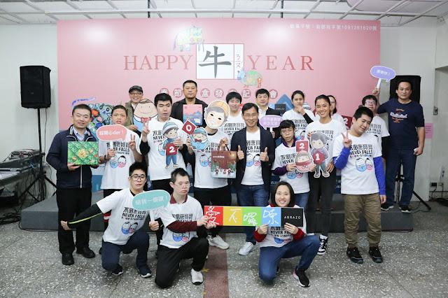 唐氏症基金會品牌今年推出春節禮盒,精選唐寶寶的畫作,12名小小畫家亮相展示作品