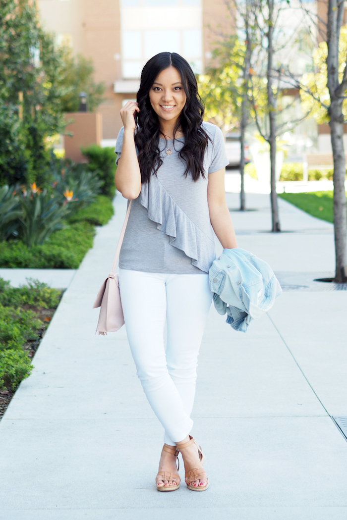 grey tee + white jeans + denim jacket outfit
