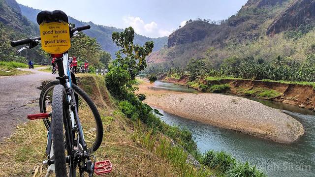 Foto bersepeda kala mendamping Srikandi ke Jembatan Gantung Selopamioro, Imogiri