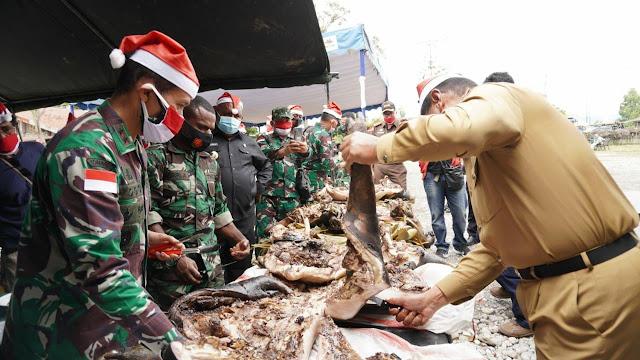 TNI - Polri dan Masyarakat Jayawijaya Sambut Bulan Kasih Desember Dengan Bakar Batu