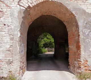 Клевань. Замок Чарторыйских. Въезд. Ширина стен до 3 м