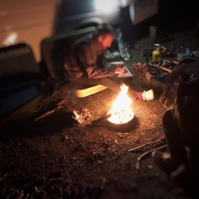 Quitte à camper sur le parking, autant y faire du feu !