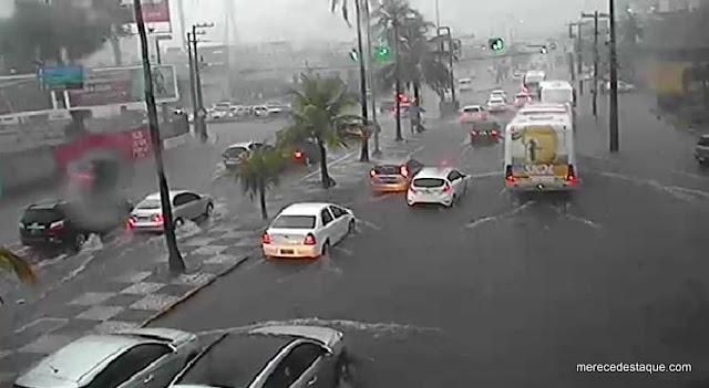 Chuva forte provoca alagamentos e quedas de árvores no grande Recife nesta segunda-feira (28)