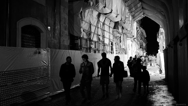 Street photography di notte per le strade di L'Aquila