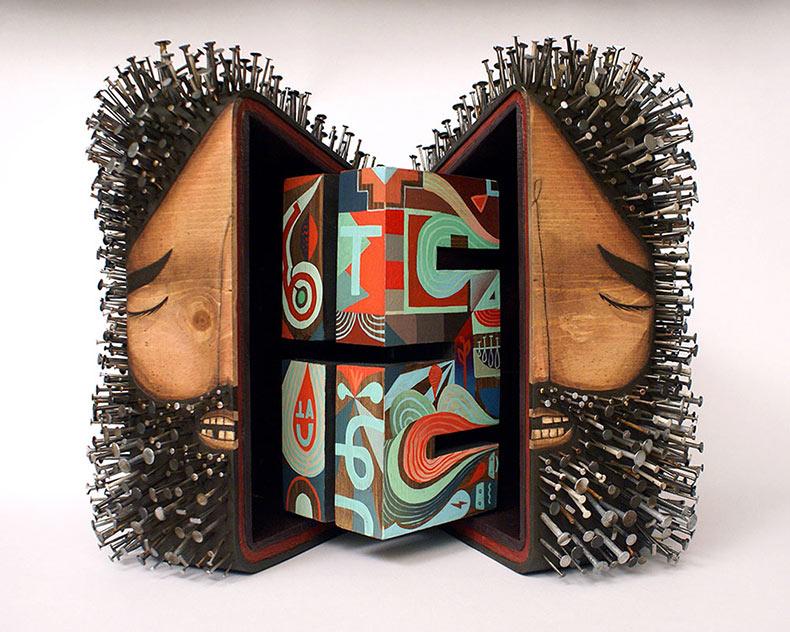 Esculturas figurativa de madera perforados con cientos de clavos por Jaime Molina