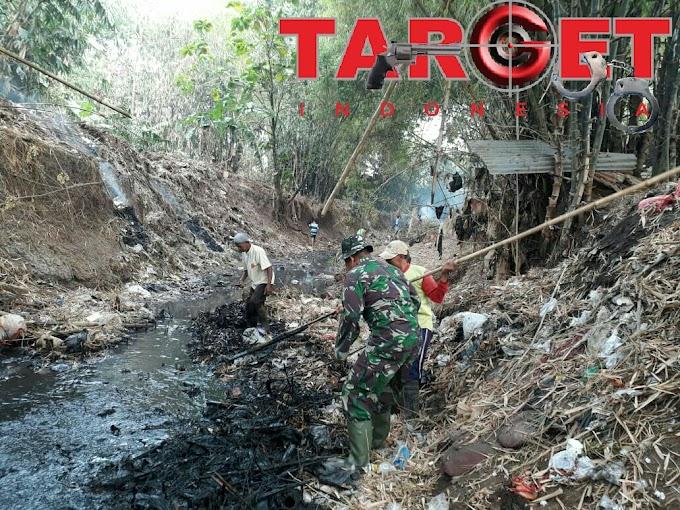 Danramil Margorejo Bersama Anggota Dan Masyarakat Desa Dadirejo Berjibaku Bersihkan Sampah Disepanjang Sungai