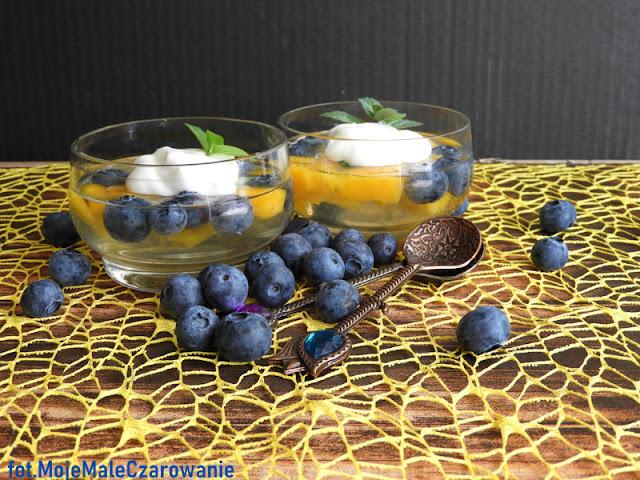 Kolorowy, szybki deser z owocami - galaretką z borówkami i mango z kwaśną śmietaną i miętą - CZYTAJ DALEJ