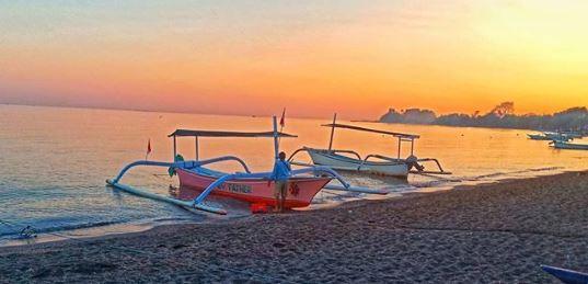 Keindahan Pantai Lovina pada pagi hari.