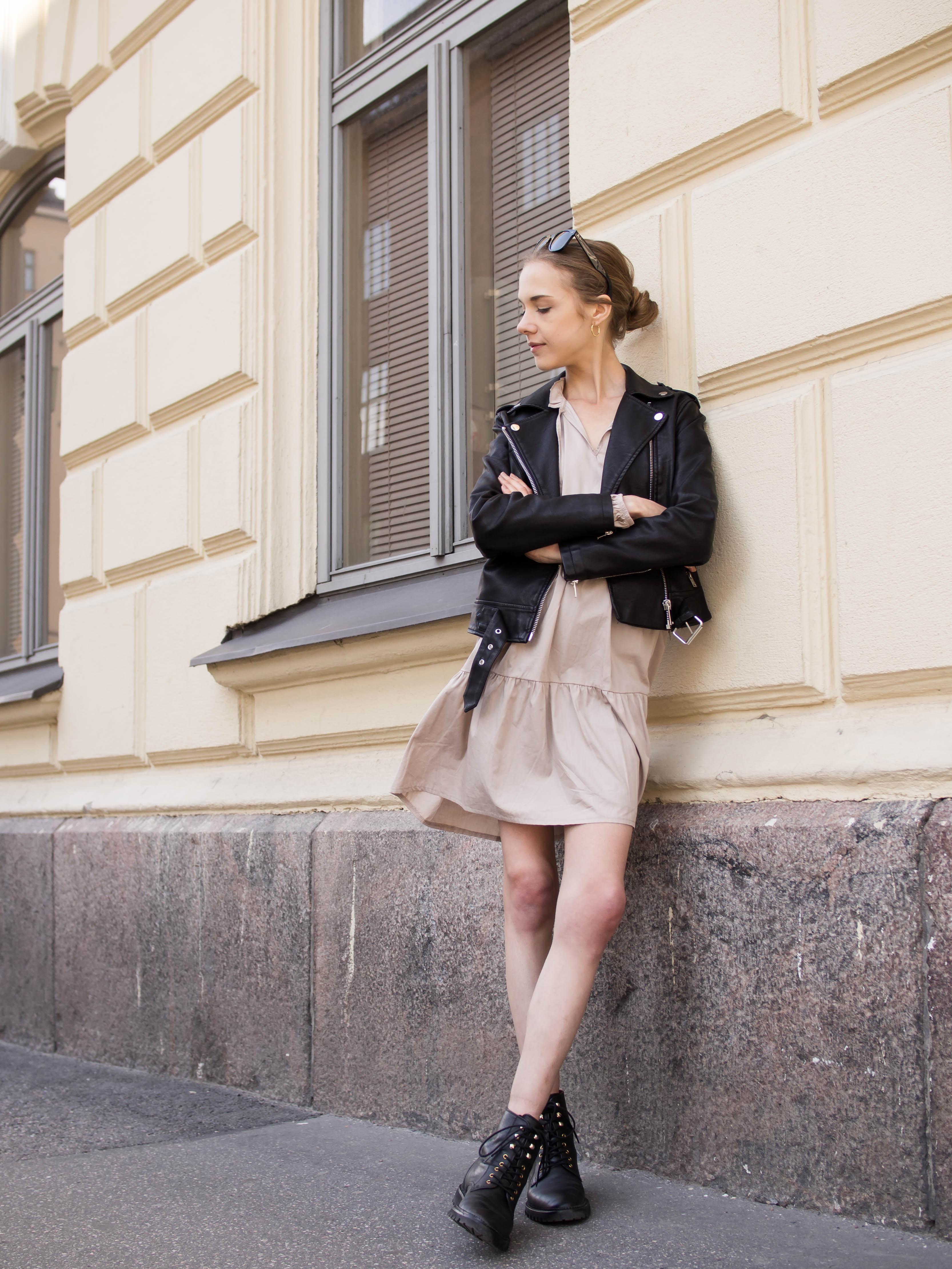Fashion blogger outfit: beige smock dress, black leather jacket and lace up boots - Muotibloggaaja asuinspiraatio: beige mekko, musta nahkatakki ja mustat maiharit
