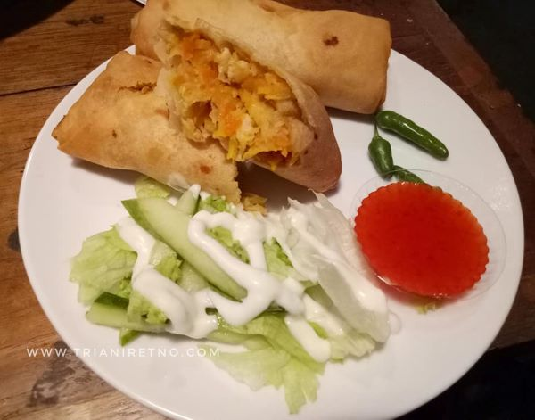 lumpia bohay salah satu menu di loko cafe 24 jam di yogyakarta