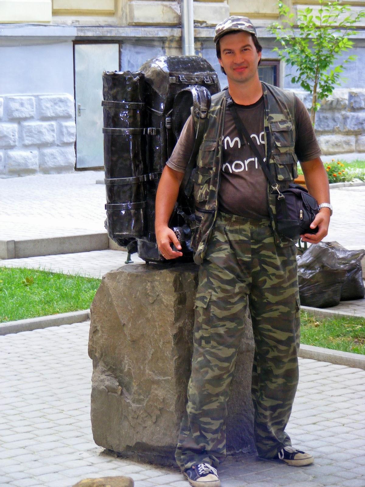 Памятник рюкзаку во Львове
