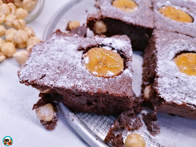 Brownie de chocolate con plátano y avellanas