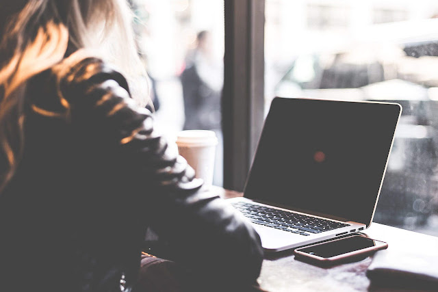 rad-na-racunaru-kuckanje-laptopu-u-kaficu