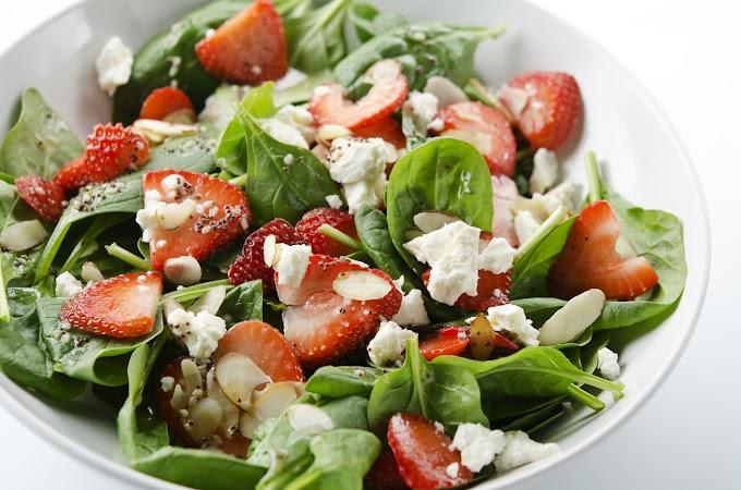 Spenótos, epres saláta natúr húsok mellé: így lesz ízletes a diétás fogás is