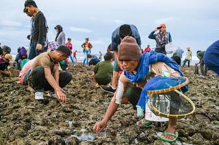 Upacara adat Bau Nyale - Pakaian adat baju lambung suku sasak biasanya dipakai saat upacara adat seperti