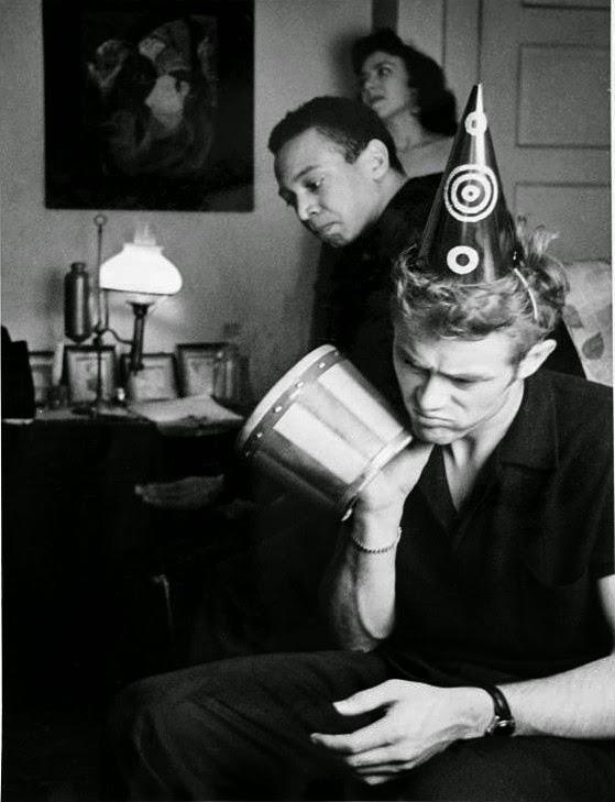James Dean con Bill Gunn y Barbara Glenn, en el apartamento de Roy Schatts