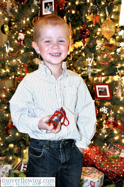 Child with Favorite Ornament {Holiday Photo Tips & Ideas}