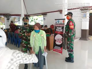 Anggota Koramil 0820/22 Dringu Kawal Pembagian BST Tahap 3