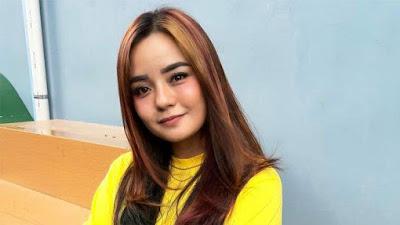 "Gita Sinaga (Bintang FTV) Curhat ""Pusing Punya Pacar Brondong"", Padahal Sudah Ngebet Nikah"