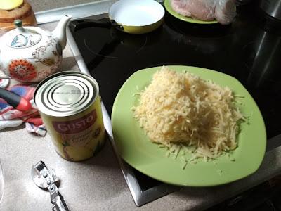 Сыр и банка ананасов