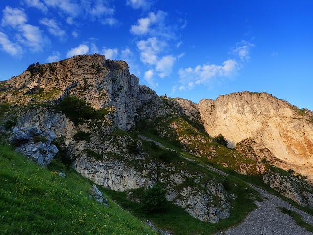Piatra Secuiului góruje nad seklerską miejscowością Rimetea (Torocko)