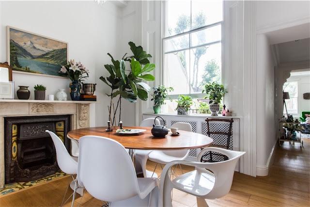 mesa vintage con diferentes sillas en blanco chicanddeco