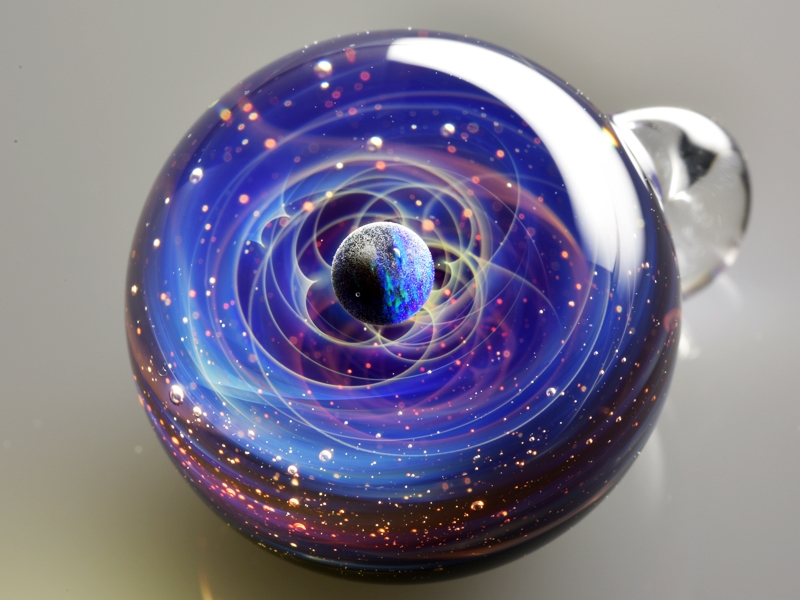 24-Satoshi-Tomizu-とみず-さとし-Galaxies-Sculpted-in-Space-Glass-Globes-www-designstack-co