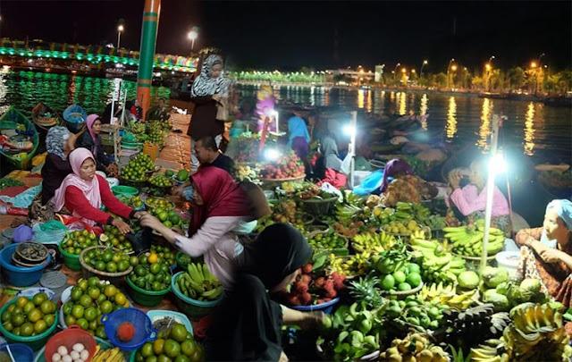 Kota Banjarmasin Kalimantan Selatan bukan hanya menawarkan wisata bahari dan alam yang asik dikunjungi. Ibukota Provinsi Kalimantan Selatan ini juga memiliki tempat-tempat wisata yang akan tampak lebih mengasyikan jika dikunjungi malam hari.