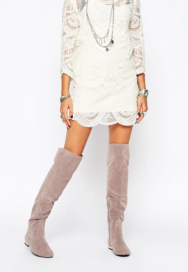 What to wear with over the knee grey boots: white lace dress and a lot of jewellery. Najbolje sive čizme preko koljena i kako ih kombinirati