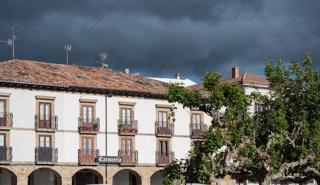 Fachada de edificio blando sobre cielo tormentoso