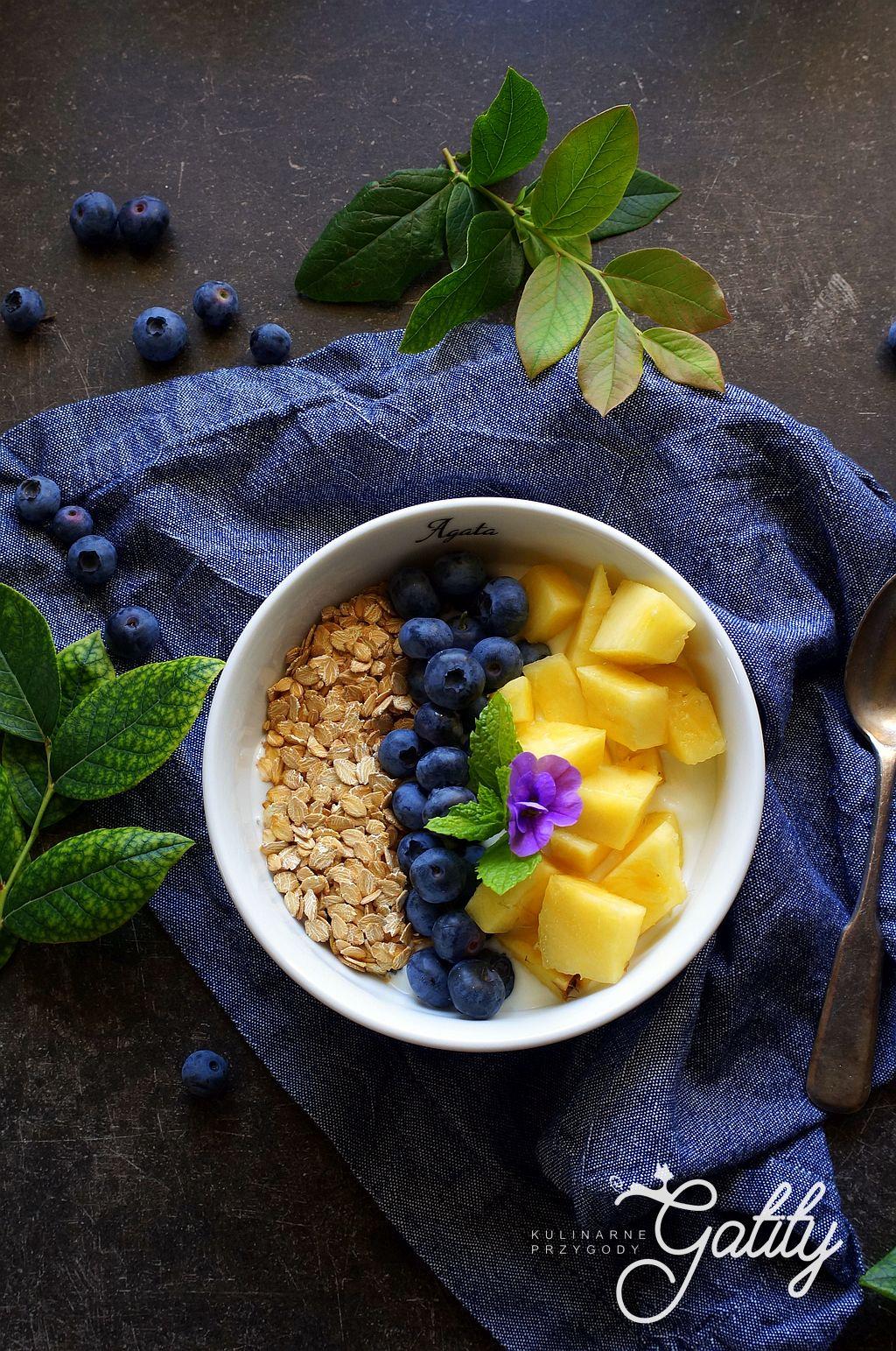 kolorowe-śniadanie-z-owocami