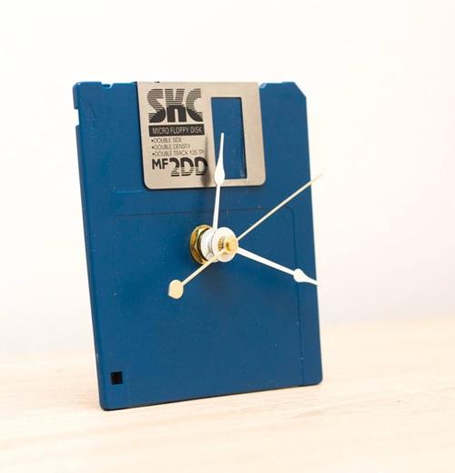 Jam unik terbuat dari disket.