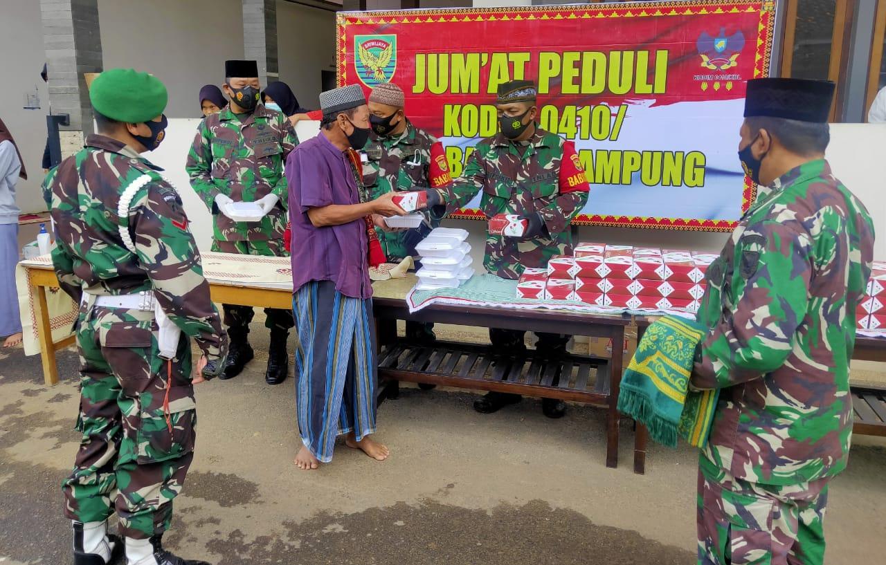 Kodim 0410/KBL menggelar kegiatan Jum'at peduli di Masjid Baitussalam Kel. Sepang Jaya Kec. Labuhan Ratu