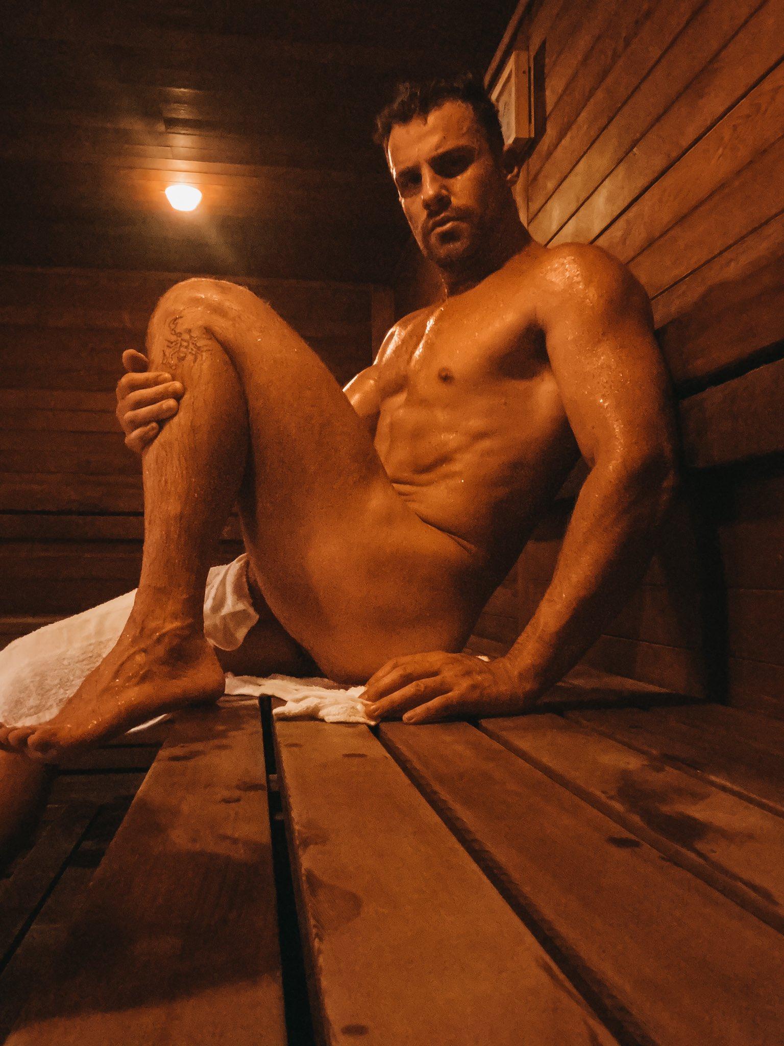 desnudo en el sauna esperando macho